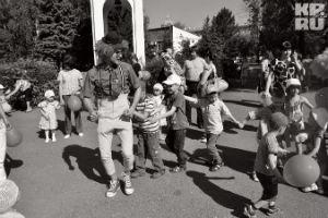 Полсотни омичек со своими малышами устроили хоровод у прокуратуры